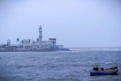 Een solo boot in een Arabische overzees in Mumbai met Haji Ali Dargah At-achtergrond royalty-vrije stock afbeelding