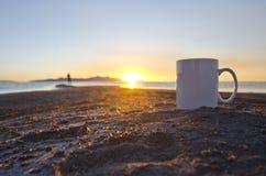 Een solo mens en een lege witte koffiemok in de zonsondergang gloeien royalty-vrije stock foto's