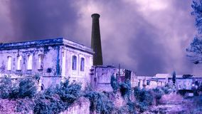 Een somber landschap van instortende gebouwen stock video
