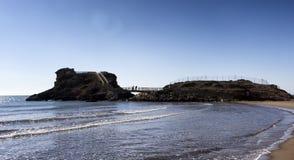 Een Spaans zeegezicht met golven op een strand stock fotografie