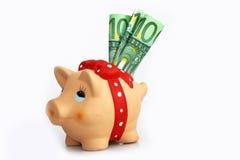 Een spaarvarken met drie $ 100 rekeningen Royalty-vrije Stock Afbeelding