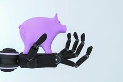 Een spaarvarken in een robotachtige hand Stock Foto's