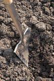 Een spade die de grond graaft Royalty-vrije Stock Fotografie