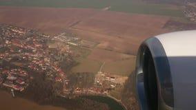 Een spanwijdte over het dorp, onder de schaduw van het vliegtuig Het schieten van de cabine van de vliegtuigen stock footage