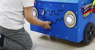 Een speciaal stuk speelgoed automodel met vele functies voor de ontwikkeling van fijne motorvaardigheden stock videobeelden
