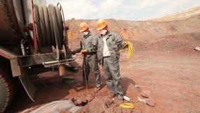 Een speciale machine om in de steengroeve te ontginnen, ijzerertsmijnbouw stock footage