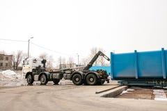 Een speciale zware machine laadt een container met gesorteerd afval royalty-vrije stock fotografie