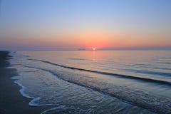 Een spectaculaire zonsopgang over het overzees Stock Afbeeldingen