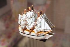 Een speelgoed-schip is een magneet op een ijskast royalty-vrije stock afbeelding