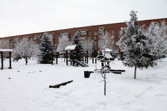 Een Speelplaats met sneeuw wordt behandeld die De moderne bouw Royalty-vrije Stock Foto's