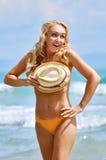 Een speelse vrij half-naked vrouw met krullende haren verbergt eronder Stock Foto's