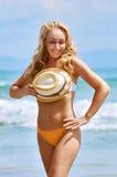 Een speelse vrij half-naked vrouw met krullende haren verbergt eronder Stock Afbeeldingen