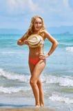Een speelse vrij half-naked vrouw met krullende haren verbergt eronder Royalty-vrije Stock Afbeelding