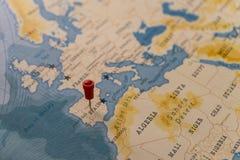 Een speld op Madrid, Spanje in de wereldkaart stock foto's