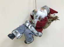 Een Spelunking Santa Claus schiet onderaan een bureaumuur Stock Afbeeldingen