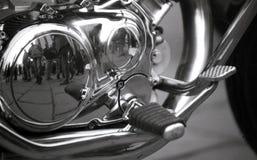 Een spiegelbeeld in een motorfietsmotor stock fotografie