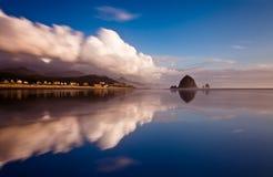 Een spiegelbezinning van een strand Royalty-vrije Stock Afbeelding