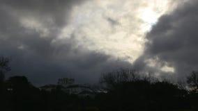 Een spookhuis onder een somber weer stock footage