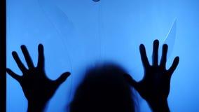 Een spookmeisje in het huis De geest van een klein meisje Enge scène van een vreselijke vrouw De zombieslagen bij stock footage