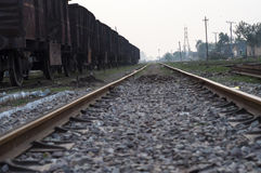 Een spoorlijn aan India Stock Afbeeldingen