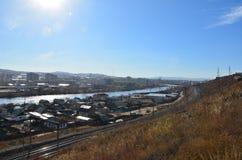 Een spoorweg dichtbij een rivier met zongloed royalty-vrije stock afbeeldingen