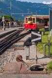 Een spoorweg die voor de overdracht van sporen bij de kruising in Zwitserland kruisen royalty-vrije stock foto's