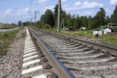 Een spoorweg onder blauwe hemel met wolken van wit Royalty-vrije Stock Afbeeldingen