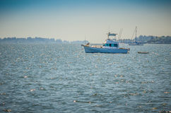 Een Sporten Vissersboot bij Anker Stock Foto