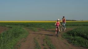 Een sportenfamilie op fietsen stock videobeelden