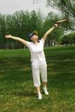 Een sportief meisje dat zich op gras bevindt Royalty-vrije Stock Foto