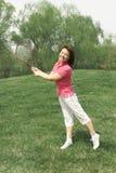 Een sportief meisje op gras Stock Afbeeldingen