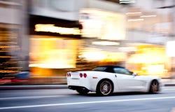Een sportwagen in motieonduidelijk beeld Royalty-vrije Stock Afbeeldingen