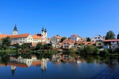 Een sprookjekasteel en een oude stadsstad met oever van het meer weerspiegelen bezinning in Telc, Tsjechische Republiek Stock Fotografie
