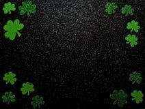 Een St Patrick ` s dagachtergrond met klavers op een zwarte achtergrond royalty-vrije stock foto