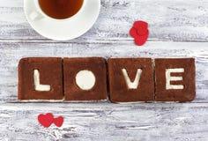 Een st Valentine dagconcept De cake van de chocoladebanaan met het creamcheese berijpen en w Stock Fotografie
