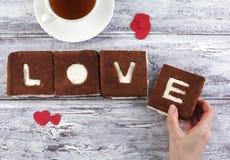 Een st Valentine dagconcept De cake van de chocoladebanaan met het creamcheese berijpen en w Stock Foto's