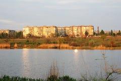 Een stad bij de rivier ontmoet een zon Stock Foto's