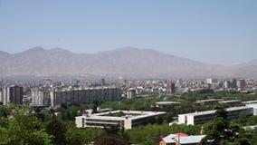 Een stad dichtbij de bergen stock footage
