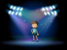 Een stadium met een jonge acteur op het centrum Stock Afbeelding