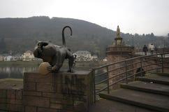 Een standbeeld bij de ingang van Charles-brug, Praag, Tsjechische Republiek stock afbeeldingen