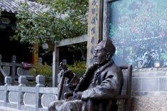 Een standbeeld binnen de Tempel van Jade Peak Yufengsi, Baisha-dorp, Lijiang, Yunnan, China stock fotografie