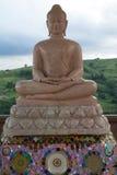 Een standbeeld die van Boedha op lotusbloem mediteren Stock Afbeeldingen