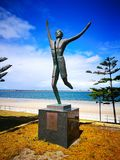 Een standbeeld herdenkt Spyros Louis, winnaar van de eerste Olympische marathon in 1896 bij Brighton-le-Zand stock afbeeldingen