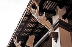 Een standbeeld onder het dak Stock Afbeeldingen