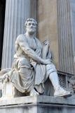Een standbeeld van de Roman historicus Tacitus tegen de bouw van het Oostenrijkse Parlement stock foto