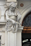 Een standbeeld van een atlas verfraait de poort van een gebouw in Wenen (Oostenrijk) Royalty-vrije Stock Foto