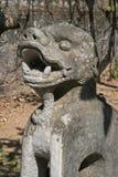 Een standbeeld van een draak werd geïnstalleerd in de binnenplaats van een boeddhistische tempel in het platteland dichtbij Hanoi Stock Afbeelding
