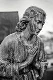 Standbeeld van een biddende heilige Stock Afbeelding