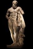 Een standbeeld van krachtige die Hercules, close-up, in zwarte wordt geïsoleerd Stock Foto's