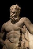 Een standbeeld van krachtige die Hercules, close-up, in zwarte wordt geïsoleerd Royalty-vrije Stock Foto